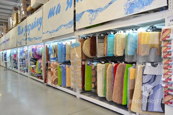 демонстрация ковров в магазине стенды
